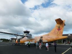 【写真左】80席くらいの小さな飛行機です