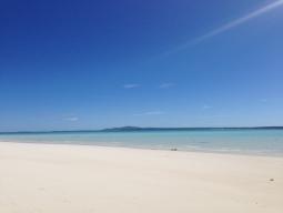 【写真左】こちらがノンカウイ島です! 白砂とブルーの海がめちゃくちゃキレイ!!