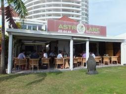 【写真左】アンスバタにあるレストラン『ASTR LABE』。デザートのアップルパイがものすごく美味しかった!