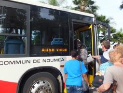 【写真中】市バス。事前にチケット売り場でチケット購入も出来ます。市内中心地からアンスバタへは、190フラン(2013年5月)で行けます