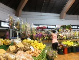 【写真左】市場はカラフルなフルーツやお花がたくさん