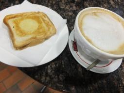 【写真右】これが顔より大きなカフェラテ。クロックムッシュ