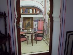ヘリテージルームには各部屋に小さな美術品コーナーが