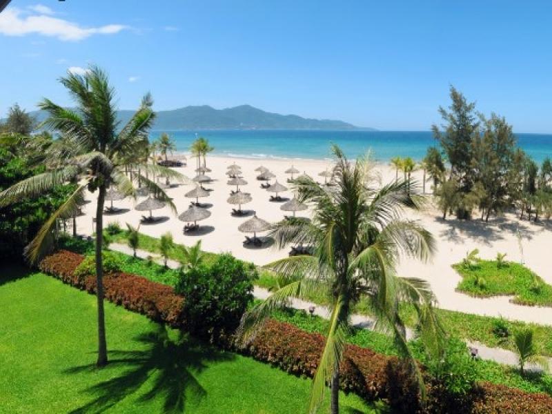ホテル前のビーチは広くて開放的