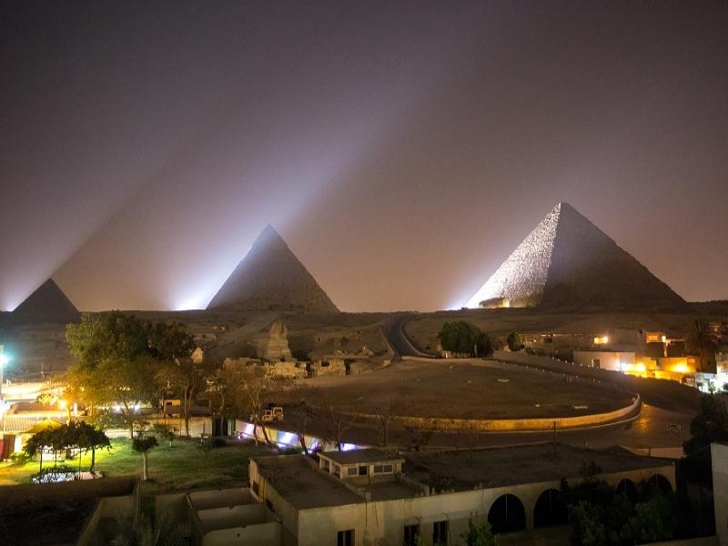 幻想的なギザのピラミッド音と光のショー