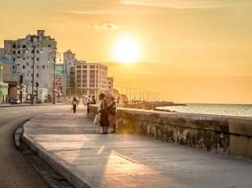 ★ベアフットツアー★ キューバの人々の生活を知る!ハバナのローカルが垣間見える「ネプトゥーノ通り」散策ツア-
