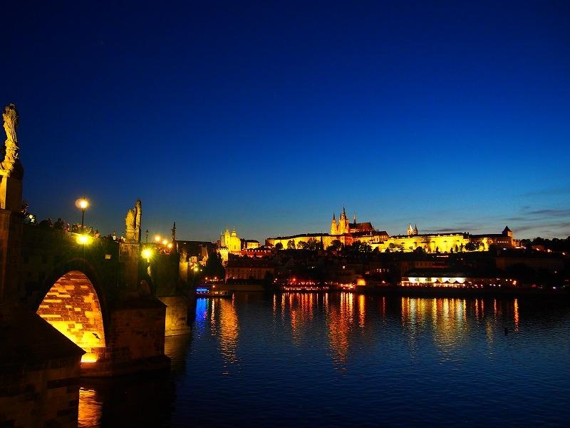 プラハ最古の橋カレル橋を歩く