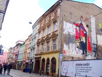 旧市街の街並みと現代広告