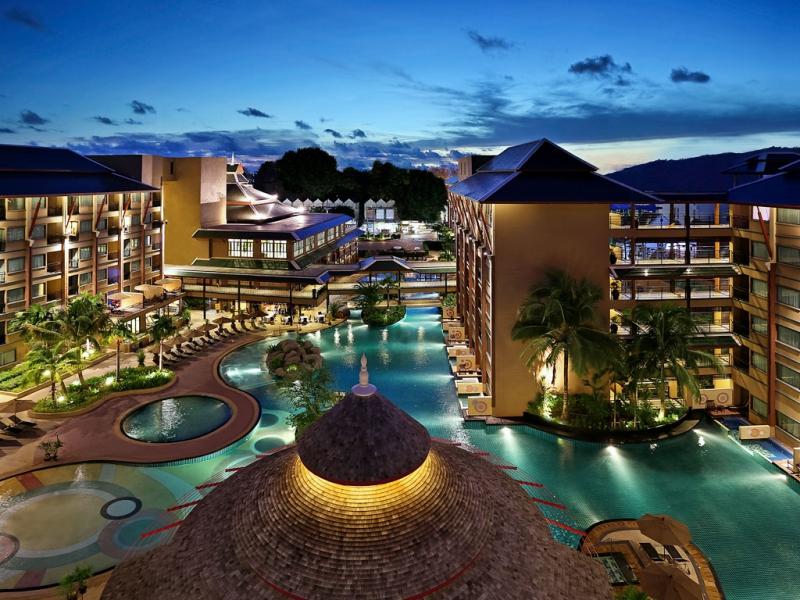 パトン地区最大のプールを持つ施設充実ホテル滞在!
