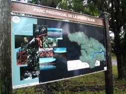 【写真左】公園入り口の案内看板でコースチェック