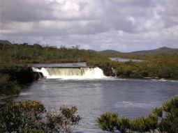 【写真左】マドレーヌの滝。