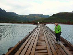 【写真右】ペリニョン橋。車は通れないので歩いて渡ります。アドベンチャー気分が高まる!