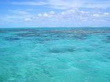 【写真右】世界遺産のラグーン。ところどころ黒くなっているところはサンゴ