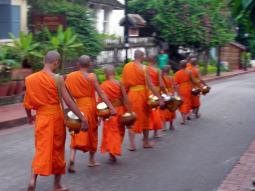 托鉢、メコン川クルーズ、仏教寺院・・・ルアンプラバーンの...