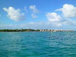 【写真右】メトル島が見えてきました