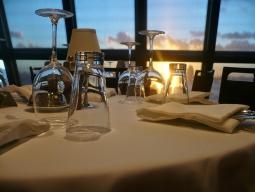 ロマンティックなディナーと船上からの夜景を楽しむ